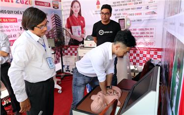 Tham quan Gian hàng Trưng bày của Đại học Duy Tân tại Cuộc thi Khoa học Kỹ thuật cấp Quốc gia