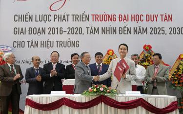Tân Hiệu trưởng của Đại học Duy Tân Tiếp nhận Bàn giao Chiến lược Phát triển Trường