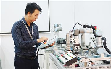 Rèn 'bàn tay vàng' cho sinh viên CNTT và Kỹ thuật Điện-Điện tử Đại học Duy Tân