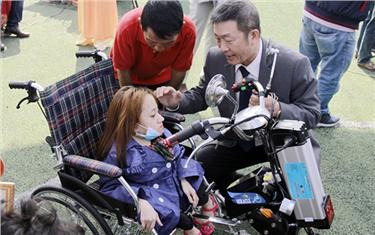 Đại học Duy Tân Trao tặng Xe lăn Điện cho người Khuyết tật Đà Nẵng
