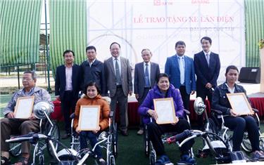 Trường Đại học Duy Tân tặng 10 Xe lăn Điện cho người Khuyết tật Đà Nẵng