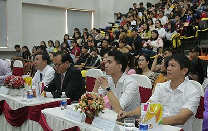"""Hàng trăm sinh viên chuyên ngành quản trị kinh doanh, quản trị du lịch Đại học Duy Tân đã tham dự chương trình giao lưu, giới thiệu nội dung Nghị quyết số 08-NQ/TƯ của Bộ Chính trị về """"Phát triển Du lịch trở thành ngành kinh tế mũi nhọn""""; công tác xúc tiến, quảng bá du lịch Đà Nẵng, cùng cơ hội nghề nghiệp trong lĩnh vực du lịch."""
