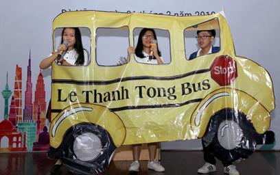 Phần thi chào hỏi của Trường THPT chuyên Lê Thánh Tôn, tỉnh Quảng Nam