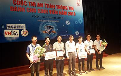 Ban Tổ chức trao giải nhì cho đội tuyển ISITDTU của ĐH Duy Tân