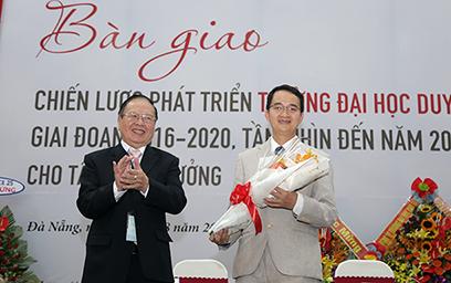 Tân Hiệu trưởng của Đại học Duy Tiếp nhận Bàn giao Chiến lược Phát triển Trường