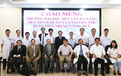 Đại học Duy Tân đến tham quan và làm việc tại Bệnh viện Trung ương Huế