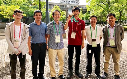 Sinh viên Lê Quang Thành (áo đỏ) cùng thầy cô và bạn bè tại Học viện Kỹ thuật Kanazawa, Nhật Bản
