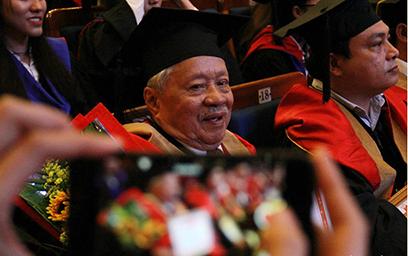 Cụ Lê Phước Thiệt Hoàn thành Giấc mơ Thạc sĩ ở tuổi 85