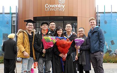 Sinh viên Phạm Tấn (bìa trái) theo học Chương trình Liên kết Du học 3+1 giữa ĐH Duy Tân và ĐH Coventry chụp ảnh cùng bạn bè