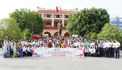 Các nhà khoa học tham gia Lễ Báo công tại Bảo tàng Hồ Chí Minh