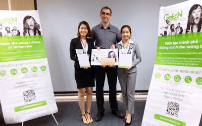 Đội tuyển Energy Loop (gồm sinh viên Nguyễn Thị Thanh - bên trái và Đoàn Thị Thu Hà - bên phải) giành chức Vô địch cuộc thi