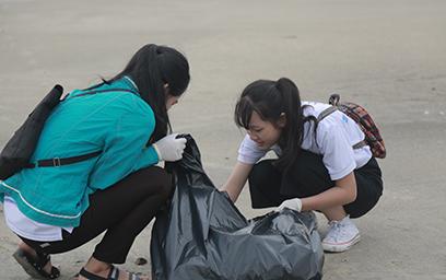 Sinh viên Duy Tân Làm sạch Bờ biển Chào đón APEC 2017