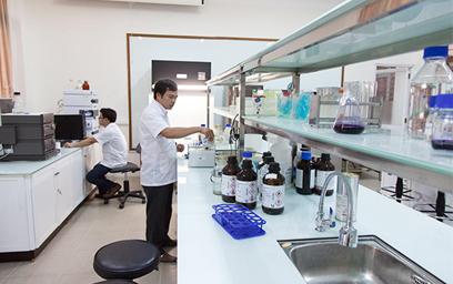 Các nhà khoa học làm việc tại phòng thí nghiệm hiện đại tại ĐH Duy Tân