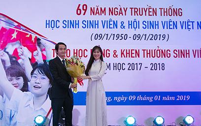 Đại học Duy Tân trao Học bổng và Phát thưởng nhân Kỷ niệm ngày Học sinh - Sinh viên