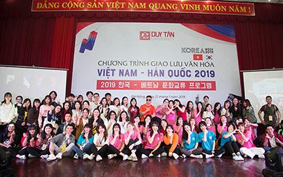 Sinh viên 2 trường chụp hình lưu niệm cùng Đại diện Ban Giám hiệu Đại học Duy Tân