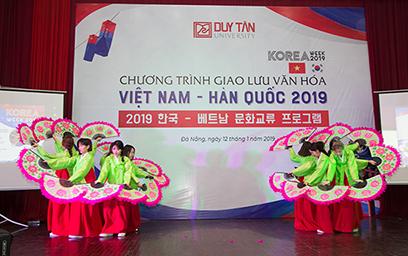 Một tiết mục múa của SV Hàn Quốc