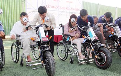 Sinh viên chế tạo xe 2 trong 1 tặng người khuyết tật