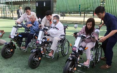 Nhóm chế tạo Robot Đại học Duy Tân Sáng chế Xe lăn Điện tặng người Khuyết tật