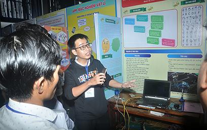 """Nguyễn Vĩnh Huy (Trường THPT Tiểu La) trình bày """"Thuật toán nhận dạng ngôn ngữ ký hiệu"""" - dự án đoạt giải Nhất. Ảnh: X.P"""