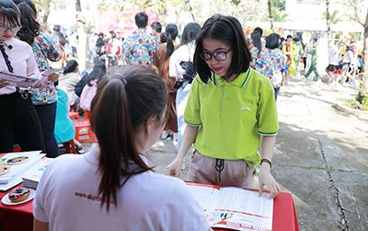 Cán bộ Đại học Duy Tân tư vấn về thông tin Tuyển sinh cho các em học sinh