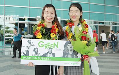 Sinh viên Ðoàn Th? Thu Hà (bên trái) và Nguy?n Th? Thanh nh?n gi?i Women in Business Award
