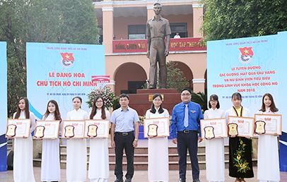 Đoàn Thị Thu Hà (ngoài cùng bên phải) nhận Bằng khen Nữ sinh Tiêu biểu Toàn quốc trong lĩnh vực Khoa học Công nghệ năm 2018 tại Bảo tàng Hồ Chí Minh