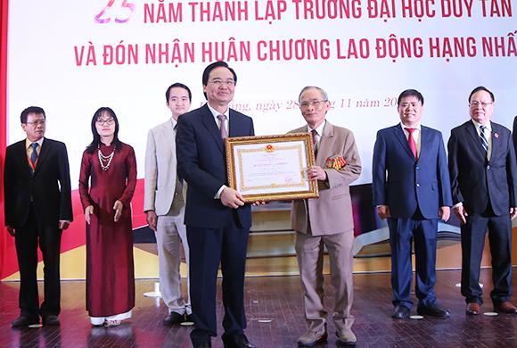 Trường Đại học Duy Tân đón nhận Huân chương Lao động hạng Nhất