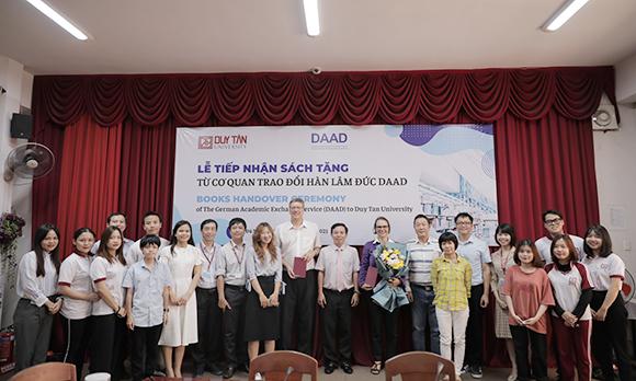 Cơ quan Trao đổi Hàn lâm Đức DAAD trao tặng sách cho Đại học Duy Tân