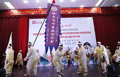 Đoàn nghệ thuật của Hàn Quốc Biểu diễn và Giao lưu với Sinh viên Duy Tân