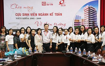 Cựu sinh viên Duy Tân ngành Kế toán về thăm lại trường xưa