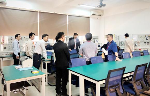 Đoàn kiểm định kiểm tra các phòng thực hành Điện-Điện tử