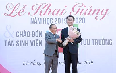 AHLĐ, NGƯT Lê Công Cơ - Chủ tịch Hội đồng Trường, ĐH Duy Tân tặng hoa chúc mừng GS-TS Lim Sang Taek nhận giải thưởng của Tổng thống Hàn Quốc