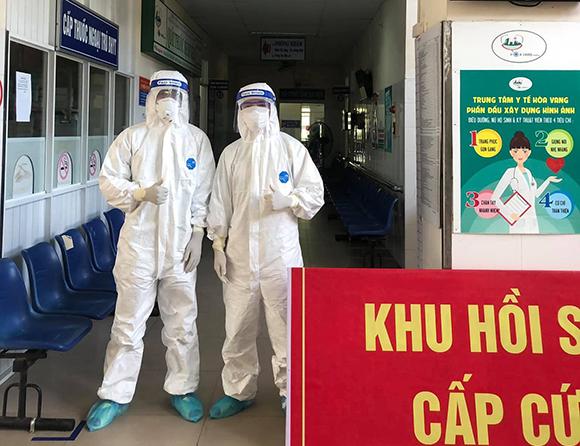 Sinh viên Trường Đại học Duy Tân trực chiến tại bệnh viện dã chiến Hòa Vang, TP.Đà Nẵng. Ảnh: QUẾ LÂM
