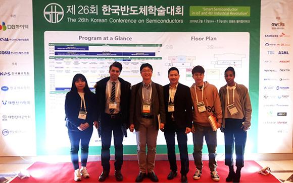 TS Lê Văn Quyết (thứ 3 từ phải qua) tham gia Hội nghị về chất bán dẫn lần thứ 26 tại Hàn Quốc