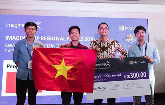 Sinh viên Lê Viết Triều cùng các bạn trong nhóm nhận giải Bình chọn tại vòng Chung kết Imagine Cup khu vực châu Á - Thái Bình Dương 2018
