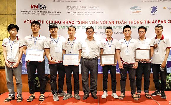 ThS Nguyễn Kim Tuấn (đứng giữa) chụp ảnh cùng 2 đội tuyển của ĐH Duy Tân giành giải Ba và giải Khuyến khích