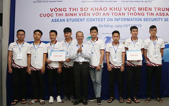 Sinh viên Duy Tân vô d?ch Cu?c thi An toàn thông tin ASEAN
