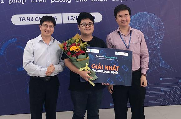 Anh Trần Bảo Toàn (đứng giữa) đến từ ĐH Duy Tân được trao giải Nhất tại cuộc thi ERC2019
