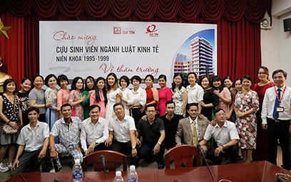 ...và chụp ảnh lưu niệm cùng Đại diện Ban Giám Hiệu của Đại học Duy Tân