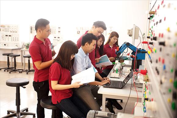 Thầy và trò ngành Điện-Điện tử say mê nghiên cứu và học tập