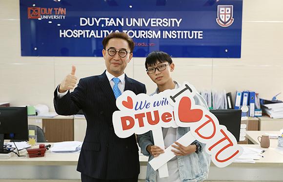 Nguyễn Văn Tuấn chụp ảnh cùng GS-TS Lim Sang Taek - Viện trưởng Viện Đào tạo và Nghiên cứu Du lịch tại ĐH Duy Tân
