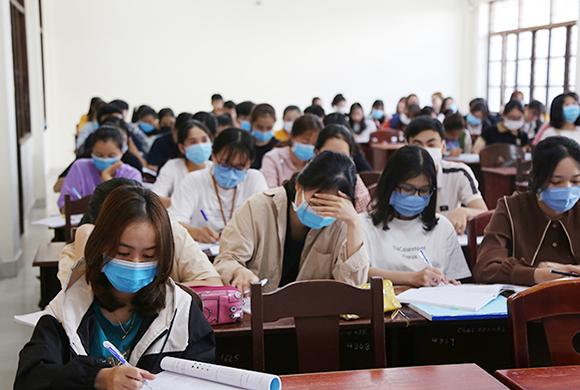 Sinh viên Duy Tân thực hiện phòng chống dịch Covid-19 khi trở lại trường