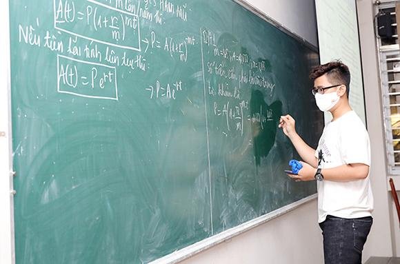 Sinh viên Duy Tân thực hiện nghiêm túc việc rửa tay bằng xà phòng diệt khuẩn hoặc nước sát trùng