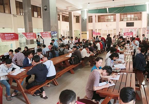 Đông đảo thí sinh đến ĐH Duy Tân đăng ký nhập học vào mùa tuyển sinh