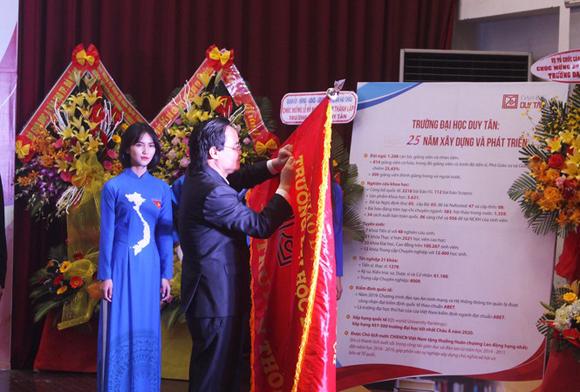 Thừa ủy quyền của Chủ tịch nước, Bộ trưởng Bộ GD&ĐT Phùng Xuân Nhạ trao tặng Huân chương Lao động hạng nhất cho ĐH Duy Tân