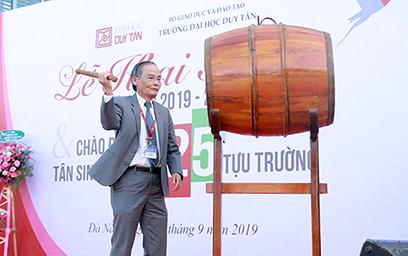 NGƯT Lê Công Cơ  đánh trống khai giảng năm học 2019 - 2020