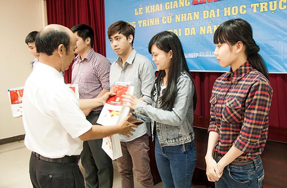 Lễ Khai giảng Cử nhân Đại học Trực tuyến DTU X21 đợt 1