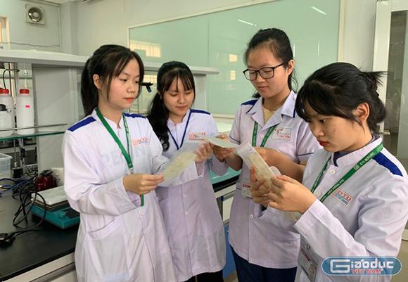 Sinh viên điều dưỡng chế tạo khẩu trang từ bã mía