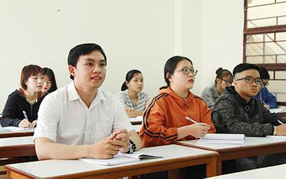 Sinh viên Huỳnh Bá Tân (áo trắng) say mê với mỗi buổi học trên giảng đường