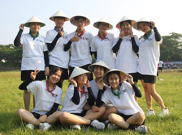 Mai Ly (ngoài cùng bên phải hàng dưới) vui tươi bên bạn bè